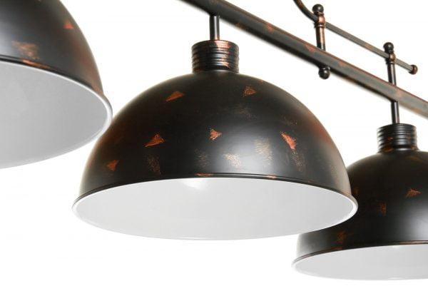 Metallinen, riippuva kattovalaisin. Biljardivalaisin on väriltään musta ja siinä on kuparinvärisiä roiskeita. Kolme kupua ovat sisältä valkoiset.
