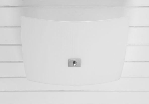 Valkoiseen, vaakalaudoitettuun kattoon asennettu kanttinen, hieman reunoilta kaareutuva kattoplafondi. Plafondissa on hienoinen, epäsymmetrinen ruudukkokuviointi. Valaisimen keskellä on kanttinen, harjatun teräksen värinen levy, jonka keskellä on nuppi.
