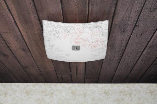 Neliön muotoinen lasinen plafondi. Kattoplafondi jossa on kolme valopistettä. Koristeena ruusu kuvio.
