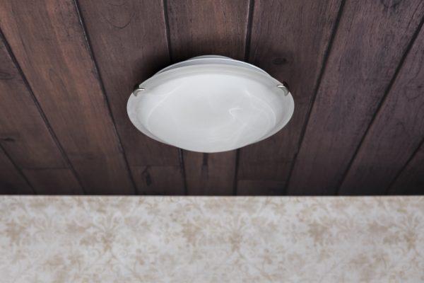 Rungoltaan metallinen pyöreä kattoplafondi. Plafondi saa ilmeensä valkoisesta marmorikuvioidusta lasikuvusta.