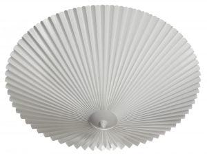 Vekattu, pyöreä muovinen kattoplafondi, jonka väri on valkoinen.