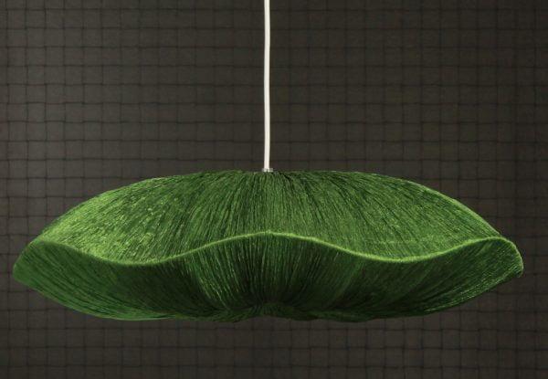 Riippuva kattovalaisin jonka materiaali on rypytetty kangas. Valaisimen väri on vihreä.