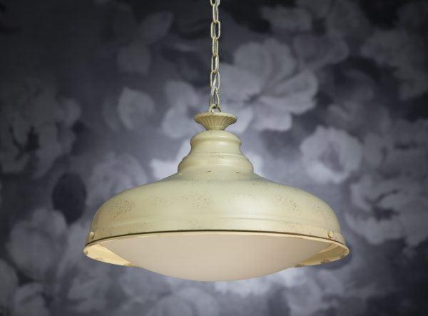 Metallinen, riippuva kattovalaisin. Valaisin on väriltään antiikin valkoinen. Alapuolella oleva lasi on etsattu.
