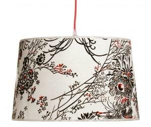 Riippuva kattovalaisin, jossa on kukka kuvio. Valaisimen materiaalina on laminoitu kangas. Johto on punainen.