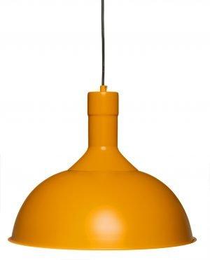 Riippuva, metallinen kattovalaisin. Valaisin on väriltään oranssi ja siinä on musta johto.