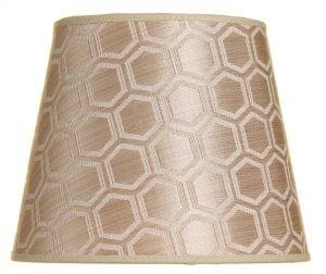 Lampunvarjostin jossa on geometrinen kuvio. Varjostin on materiaaliltaan laminoitua kangasta ja sen väri on kulta.
