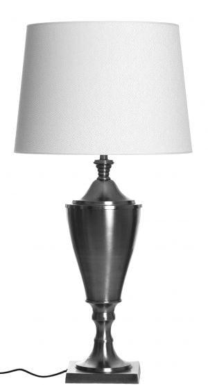 Metallinen pokaalin mallinen lampunjalka jonka väri on teräs. Varjostin on väriltään valkoinen ja siinä on kohokuvio.