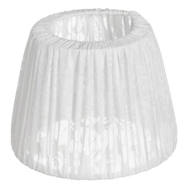 Valkoisella taustalla lampunvarjostin, joka levenee suorassa linjassa ylhäältä alaspäin. Varjostimen ylä- ja alareunat ovat kaarella. Varjostimen pohjaväri on valkoinen, ja siinä on rypytetty kangas, jossa on hento ornamenttikuviointi. Varjostin on kuvattu yläviistosta, jolloin sen yläreunan kankaan sisäänveto on näkyvissä. Kankaan läpinäkyvyys on myös selkeämmin esillä varjostimen alaosasa.