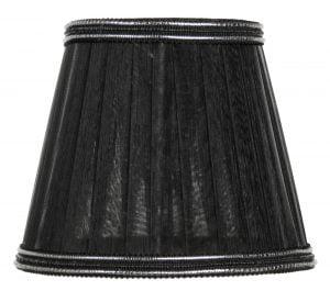 Valkoisella taustalla valokuva lampunvarjostin, joka levenee suorassa linjassa ylhäältä alaspäin. Varjostimen ylä- ja alareunat ovat kaarella. Varjostimen kankaan väri on musta, ja se kuultaa hieman läpi. Varjostimen ylä- ja alareunassa on mustat koristenauhat, jossa kulkee kaksi hopeista, ohutta nauhaa vaakalinjassa.
