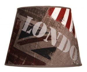 Ruskea lampunvarjostin, joka levenee ylhäältä alaspäin. Kankaassa on tyylitelty Union Jack -lippu sekä teksti LONDON.