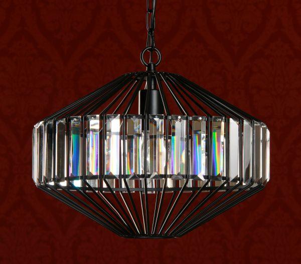 Kristallivalaisin jonka runko on metallinen. Valaisin on väriltään musta.