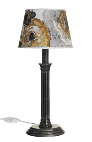 Musta puinen lampunjalka, jossa on koristeellinen runko ja pyöreä pohja. Varjostimessa on keltainen kukkakuvio.