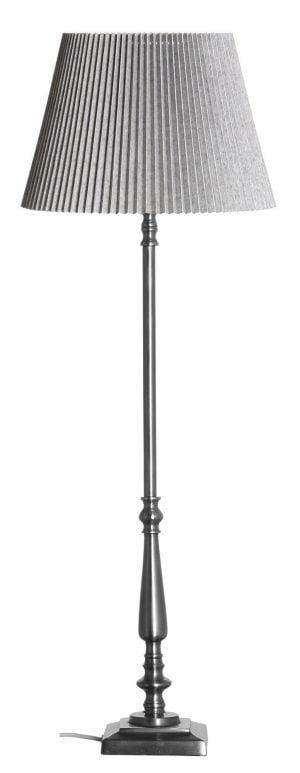 Metallinen lampunjalka jonka väri on teräs. Varjostin on väriltään harmaa ja se on vekattu.