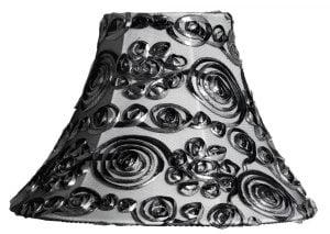 Valkoisella taustalla lampunvarjostin, joka levenee ylhäältä alaspäin kaareutuen. Varjostimen pohjaväri on harmaa, ja sitä koristavat hopeamustat nauhat, jotka ovat kiehkuravioissa. Varjostin on kuvattu suoraan edestä.
