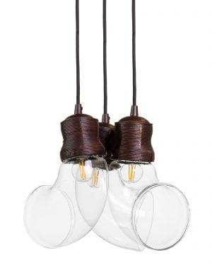 Riippuva kattovalaisin. Valaisin on metallinen, siinä on kolme lampunkantaa ja sen väri on ruskea. Kupuosat ovat lasia.