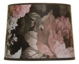 Lampunvarjostin jossa on kukkakuvio. Varjostin on materiaaliltaan laminoitua kangasta.