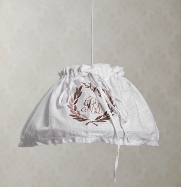 Riippuva maalaisromanttinen kattovalaisin. Valaisimen materiaalina on kangas.