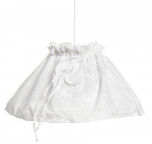 Valkoinen, pellavakankainen riippuvalaisin, jossa on nauhalla tehty rypytys yläosassa ja valkoinen, kirjailtu koristekuviointi.