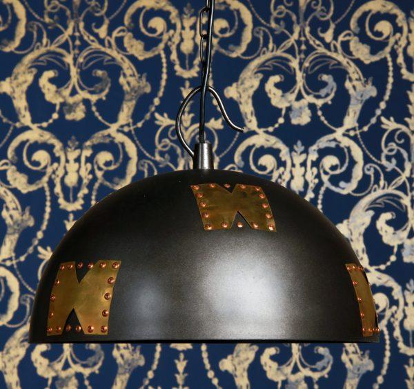 Riippuva kattovalaisin. Valaisin on metallinen ja siinä on koristeena niiteillä kiinnitettyjä metallipaikkoja.