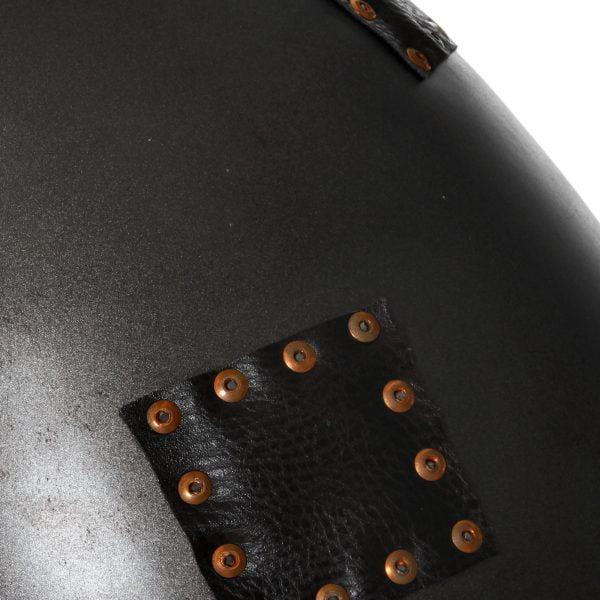 Riippuva kattovalaisin. Valaisin on metallinen, ja siinä on koristeena niiteillä kiinnitettyjä nahkapaikkoja,kuten kuvassa näkyy.