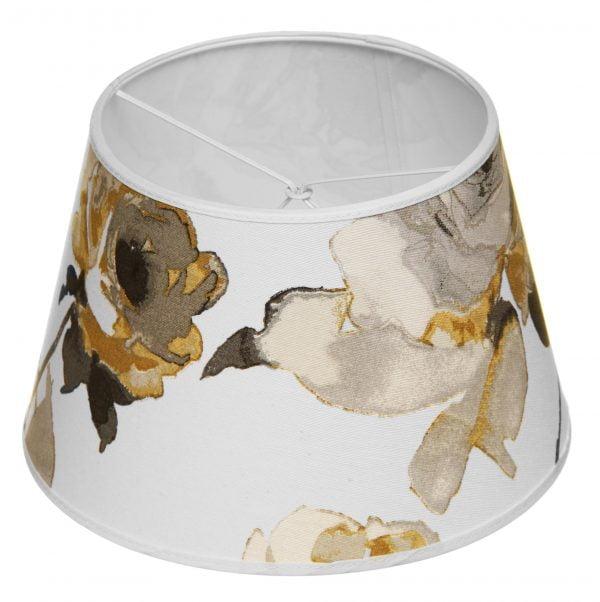 Lampunvarjostin jossa on keltainen kukkakuvio. Varjostin on materiaaliltaan laminoitua kangasta.