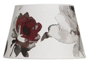 Lampunvarjostin jossa on punainen kukkakuvio. Varjostin on materiaaliltaan laminoitua kangasta.