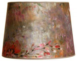 Ruskea lampunvarjostin, joka levenee ylhäältä alaspäin. Sen ylä- ja alareunat ovat kaarella. Varjostimen pohjaväri on ruskea, ja sitä koristaa akvarellimainen kukkakuviointi.