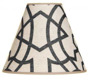 Kippivarjostin jonka materiaali on laminoitu kangas. Kippivarjo on väriltään beige ja siinä on tummansininen graafinen kuvio.