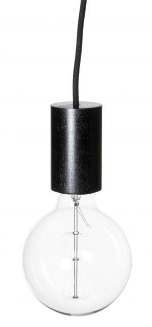 Valokuva valaisimesta, joka riippuu mustan, kangaspäällysteisen johdon varassa. Valaisimen kanta on väriltään musta, ja se on muodoltaan sylinteri. Kannan alaosassa on kirkas POP-lamppu. Valaisin on kuvattu yläviistosta. Kuvan tausta on valkoinen.