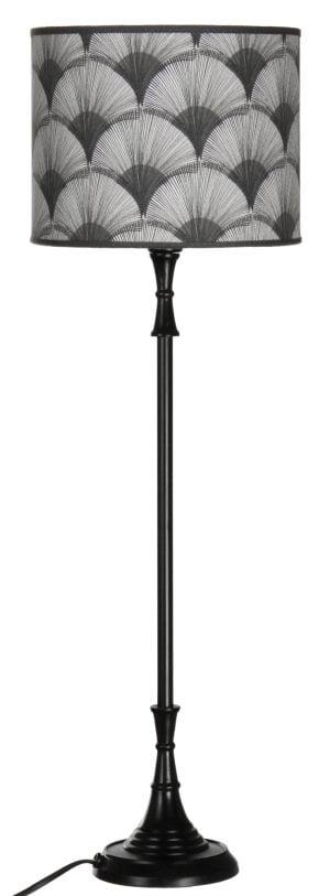 Valkoisella taustalla valokuva pöytävalaisimesta, jossa on lampunvarjostin, jonka ylä- ja alareuna ovat yhtä leveät. Varjostimen ylä- ja alareunat ovat kaarella tuoden esiin sen pyöreää muotoa. Varjostimen pohjaväri on tummanharmaa, ja siä koristaa alhaalta ylöspäin viuhkamaisesti levenevät kuviot, joiden yläreuna on kaarella. Kuviossa on mustaa pystyraitaa, ja sen alaosa on tumman harmaa, yläosa vaaleanharmaa. Kuvio toistuu neljässä rivissä. Varjostimen ylä- ja alareunassa on tumman harmaat kanttausnauhat. Varjostin on kiinni mustassa jalassa, jossa on pyöreä pohja ja jonka johto on sen vasemmalla puolella.