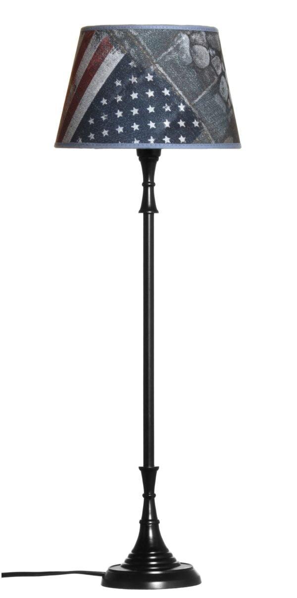 Metallinen lampunjalka jonka väri on musta. Varjostimessa on tähti lippu kuvio.