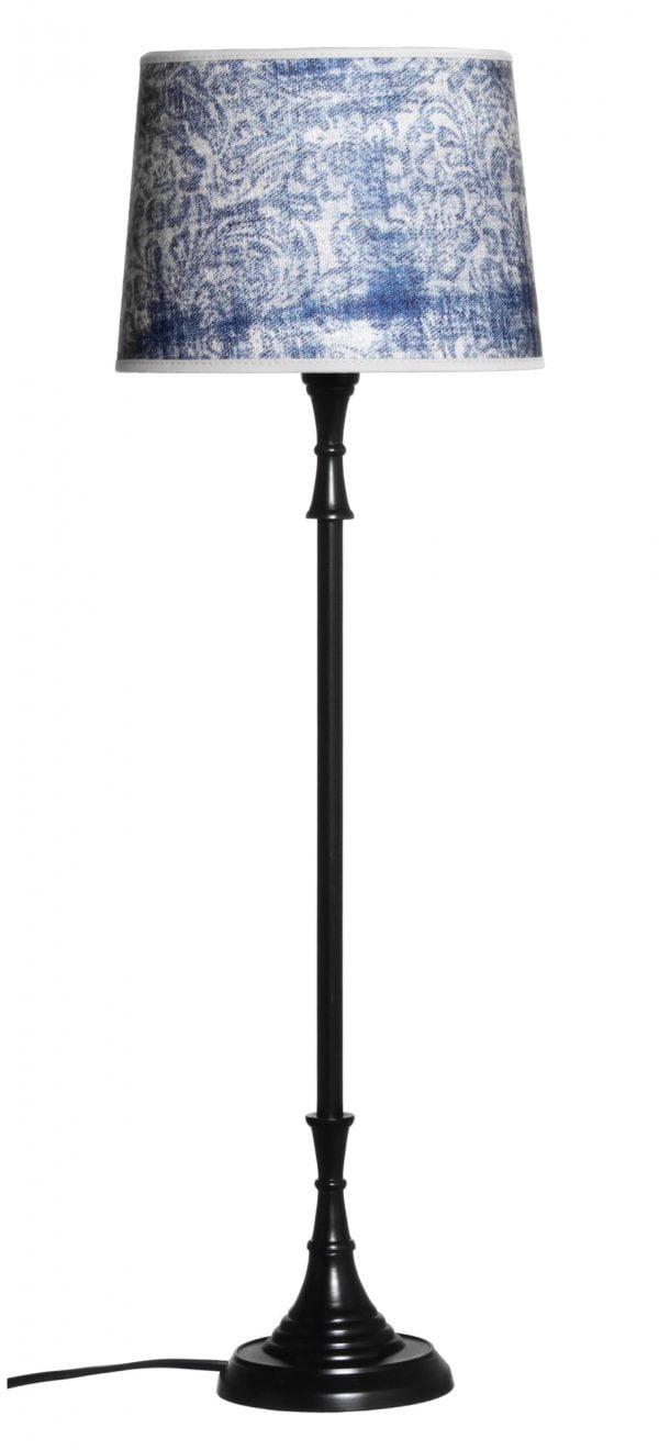Metallinen lampunjalka jonka väri on musta. Varjostimessa on sininen kuvio.