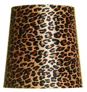 Valkoisella taustalla valokuva lampunvarjostin, joka levenee suorassa linjassa ylhäältä alaspäin. Varjostimen ylä- ja alareunat ovat kaarella. Varjostimen pohjaväri on ruskea, ja sitä koristavat musta-ruskeat leopardikuviot. Varjosimen kangas on aavistuksen kiiltävä. Varjostin on kuvattu edestä päin.