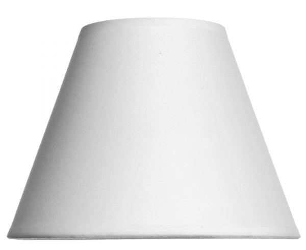 Valkoisella taustalla valokuva lampunvarjostin, joka levenee suorassa linjassa ylhäältä alaspäin. Varjostimen ylä- ja alareunat ovat kaarella. Varjostin on yksivärinen, ja sen väri on valkoinen. Varjostin on kuvattu suoraan edestä.