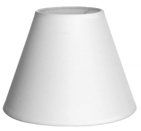 Valkoisella taustalla valokuva lampunvarjostin, joka levenee suorassa linjassa ylhäältä alaspäin. Varjostimen ylä- ja alareunat ovat kaarella. Varjostin on yksivärinen, ja sen väri on valkoinen. Varjostin on kuvattu yläviistosta, jolloin sen valkoinen sisäpinta sekä osa valkoisesta kiinnitystelineestä ovat näkyvissä.