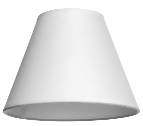 Valkoisella taustalla valokuva lampunvarjostin, joka hieman levenee suorassa linjassa ylhäältä alaspäin. Varjostimen ylä- ja alareunat ovat kaarella. Varjostin on yksivärinen, ja sen väri on valkoinen. Varjostin on kuvattu alaviistosta, jolloin sen valkoinen sisäpinta on näkyvissä.
