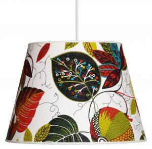 Riippuva monivärinen kattovalaisin. jossa on hedelmä ja lehti kuvioita. Valaisimen materiaali on laminoitu kangas.