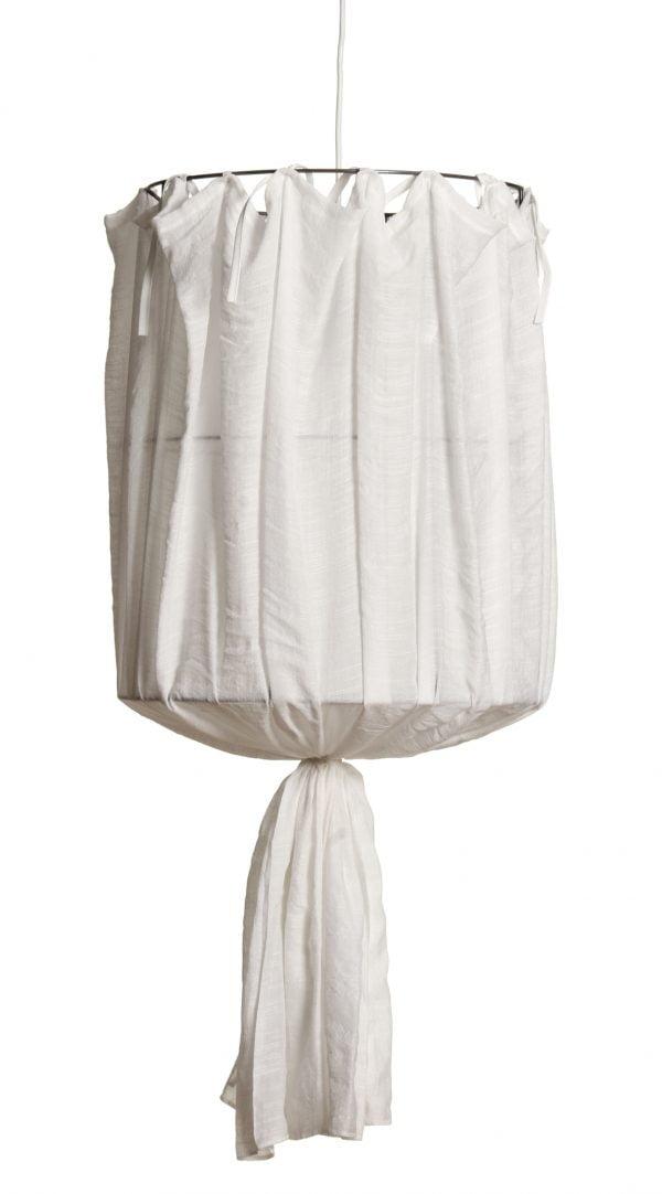 Luonnonvalkoinen, hieman läpikuultavasta pellavakankaasta valmistettu riippuvalaisin. Valaisimen johto on valkoinen.