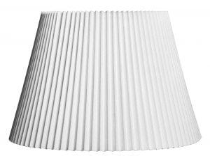 Valkoisella taustalla valokuva lampunvarjostin, joka levenee suorassa linjassa ylhäältä alaspäin. Varjostimen ylä- ja alareunat ovat sahalaitaiset ja kaarella. Varjostin on yksivärinen, ja sen väri on valkoinen. Varjostimessa on vekitys, joka tekee siihen pystyraitaisen kuvioinnin. Vekkaus tuo varjostimeen varjoja, jotka saavat kankaan eri sävyjä esiin. Varjostin on kuvattu edestä päin.