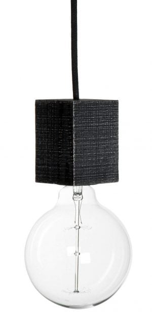 Valokuva valkoisella taustalla, jossa on mustan johdon päässä riippuva, kanttinen lampunkanta, joka on musta ja valmistettu puusta. Kannassa on kiinni kirkas POP-lamppu.