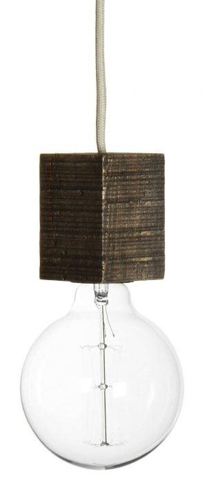 Valokuva valkoisella taustalla, jossa on beigen johdon päässä riippuva, kanttinen lampunkanta, joka on ruskea ja valmistettu puusta. Kannassa on kiinni kirkas POP-lamppu.