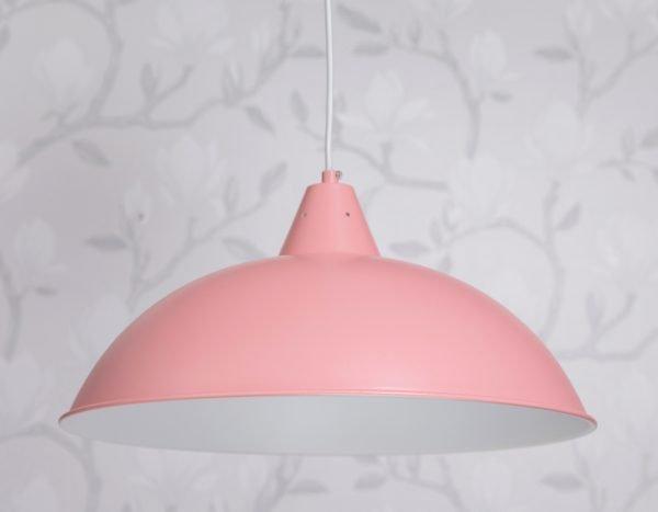 Metallinen, riippuva kattovalaisin. Valaisin on väriltään vaaleanpunainen, valaisimen sisäpuoli on valkoinen.