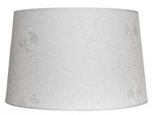 Kattolampun varjostin jonka materiaali on laminoitu kangas. Kippivarjostin on väriltään valkoinen ja siinä on kukkakuvio.