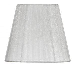 Valkoisella taustalla valokuva lampunvarjostin, joka levenee suorassa linjassa ylhäältä alaspäin. Varjostimen ylä- ja alareunat ovat kaarella. Varjostimen kankaan väri on valkoinen, ja se kuultaa läpi, jolloin varjostimen valkoinen runko näkyy hieman. Varjostin on kuvattu edestä päin.
