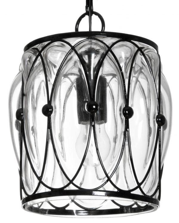 Riippuva lasinen kattovalaisin, jossa on musta kehikko jonka sisällä on kirkas lasi. Valaisimen väri on kirkas.