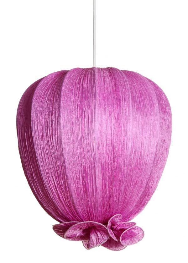 Lila kangasvalaisin, joka on valmistettu rypytetystä kreppikankaasta. Valaisin on tulppaanin muotoinen ja sen alaosassa on koristeellinen rypytys.