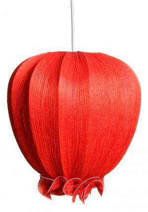 Riippuva kattovalaisin jonka materiaali on rypytetty kangas. Valaisimen väri on punainen.