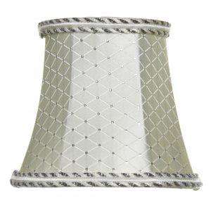 Kruunuvarjostin jonka materiaalina on vuoritettu kangas. Varjostimen väri on kerma ja siinä on ruutukuvio. Reunanauhan värit hopea ja valkoinen.