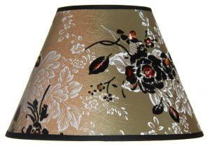 Lampunvarjostin jossa on vihreällä pohjalla kukka kuvio. Varjostin on materiaaliltaan laminoitua kangasta.