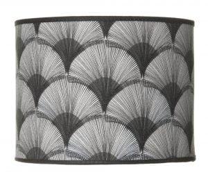 Sylinterin muotoinen lampunvarjostin jossa on mustavalkoinen graafinen kuvio. Varjostin on materiaaliltaan laminoitua kangasta.
